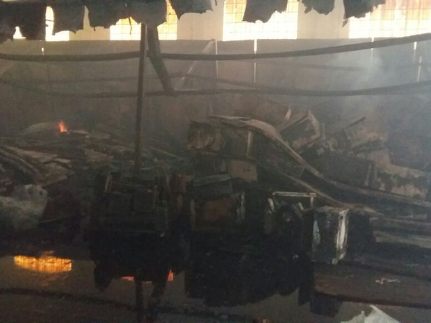 Parte do material que estava armazenado foi destruído pelo fogo (Foto: Divulgação/Corpo de Bombeiros)