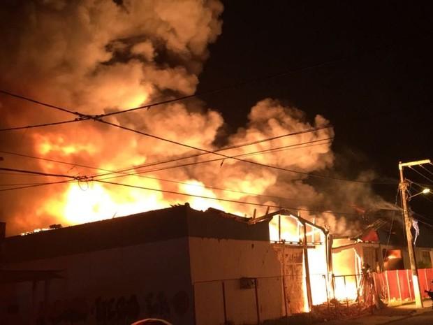 Fogo se espalhou rapidamente pela fábrica que armazenava materiais combustíveis (Foto: CBM/Divulgação)