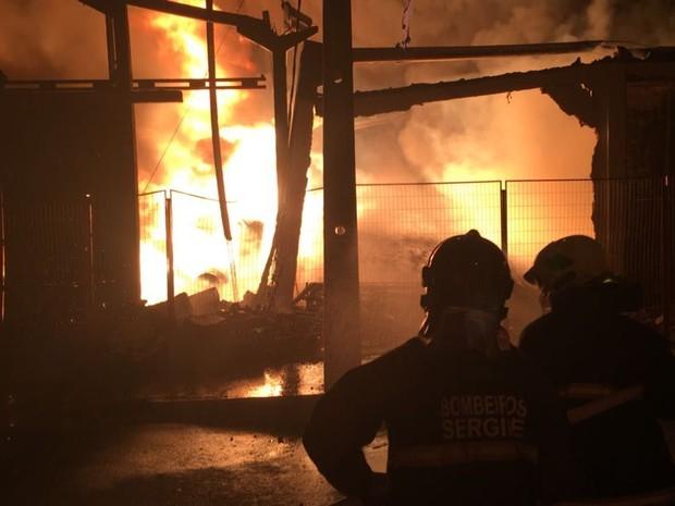 Combate às chamas continuou até a manhã deste domingo (15) (Foto: CBM/Divulgação)