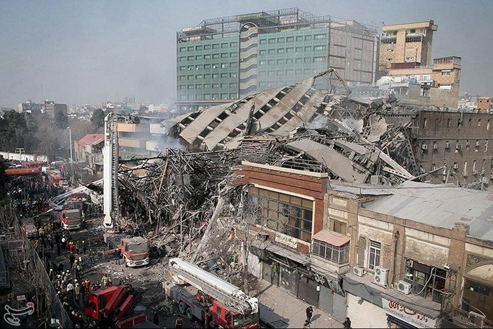 Um edifício de 15 andares que havia acabado de ser evacuado após o início de um incêndio desabou em Teerã com vários bombeiros em seu interior, segundo imagens divulgadas ao vivo pela televisão pública iraniana. De acordo com a agência Reuters, ao menos 38 pessoas ficaram feridas (Foto: Reuters/Tasnim News Agency)