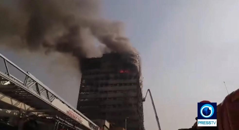 Prédio de 15 andares em Teerã desaba. (Foto: Reprodução/PressTV)