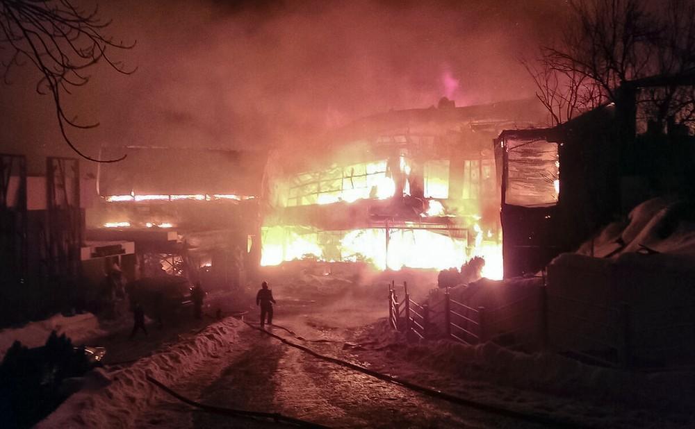 Incêndio em casa noturna deixa 40 feridos na Romênia, neste sábado (21) (Foto: ISU via AP)