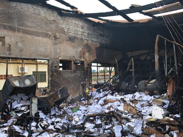 Duas salas foram destruidas no incêndio na Policlínica José Adelino, em Porto Velho (Foto: Hosana Morais/G1)