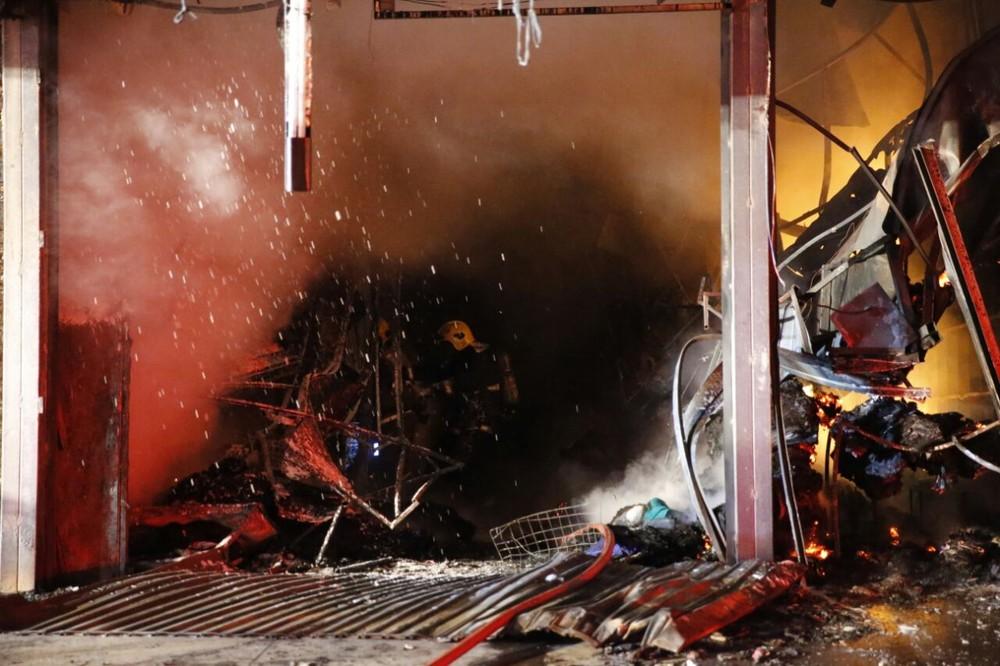 Fagulhas de chamas em incêndio que atingiu feira do DF (Foto: Corpo de Bombeiros/Divulgação)