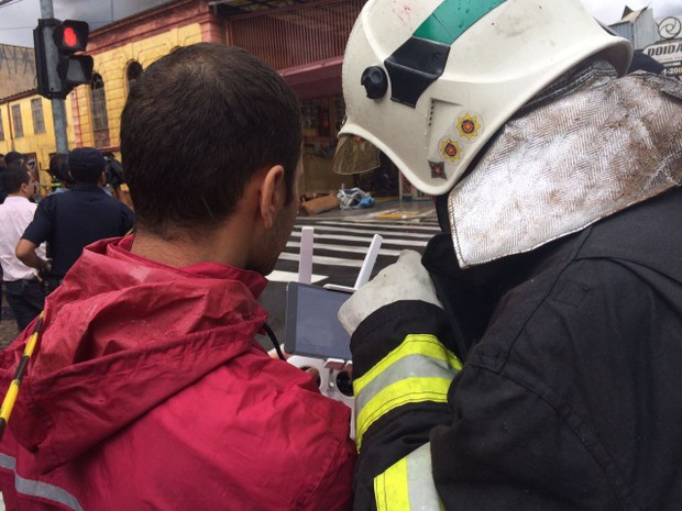 Corpo de Bombeiros trabalha na área do incêndio, em Campinas  (Foto: Roberta Steganha / G1 )