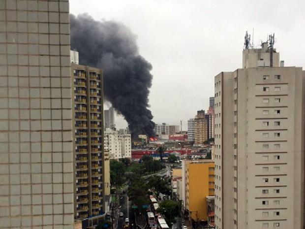 Incêndio em loja teve início na tarde desta quinta-feira, no Centro  (Foto: Eliana Carvalho/Arquivo pessoal)