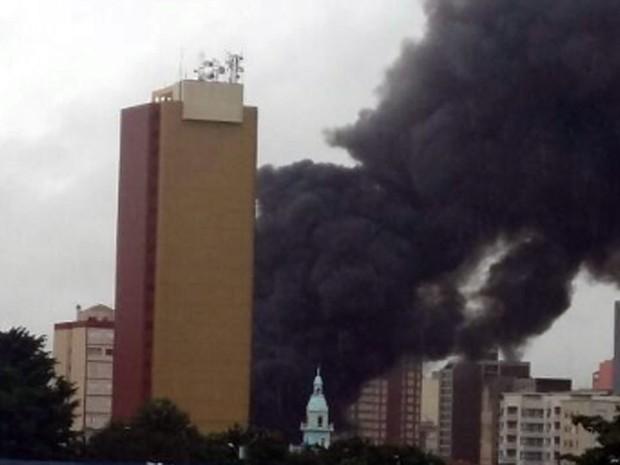 Imagem mostra incêndio em loja no Centro de Campinas  (Foto: Luciano Silva)