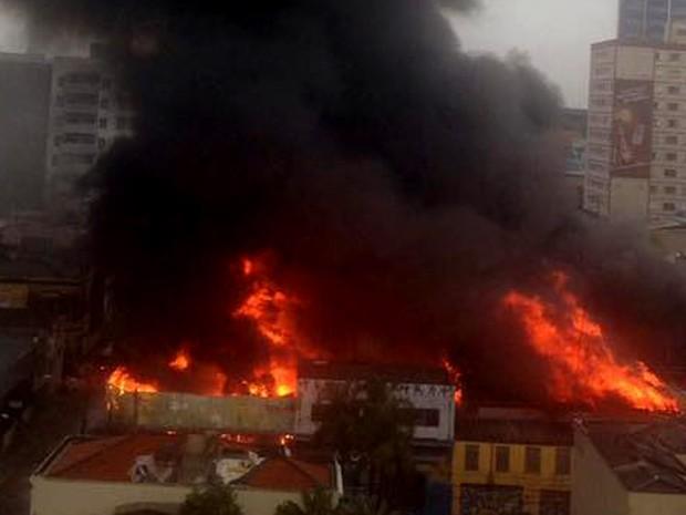 Incêndio em autopeças na Avenida Benjamin Constant  (Foto: Selma Martins / VC no G1)