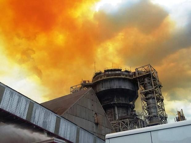 Segundo informou empresa, incêndio atingiu correia transportadora (Foto: Divulgação/Corpo de Bombeiros)