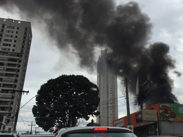 Incêndio de grandes proporções atinge loja de pneus no Setor Marista em Goiânia (Foto: Danielle Oliveira/G1)