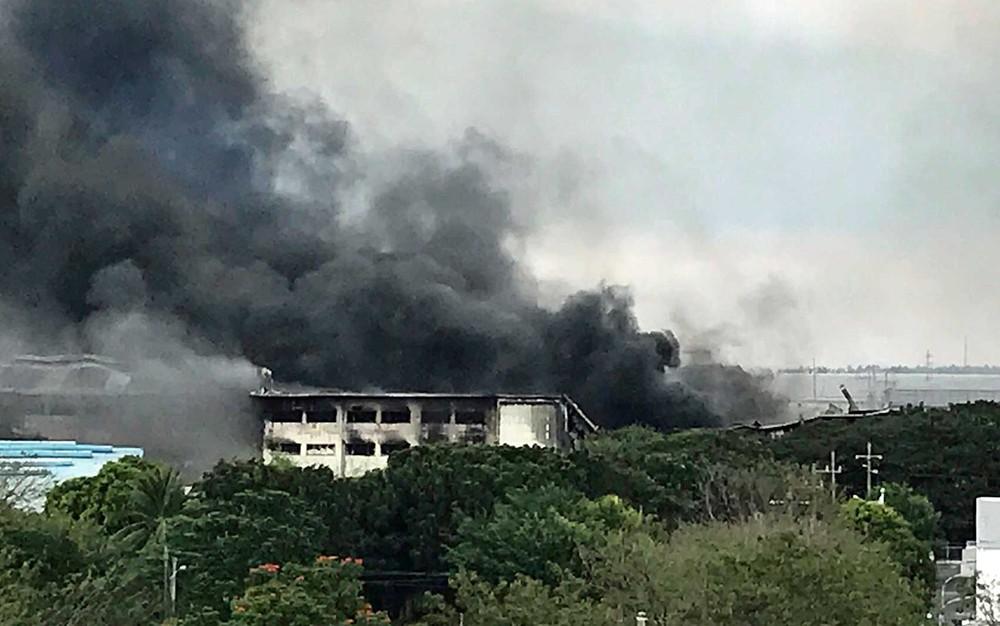 Incêndio atingiu fábrica de casas pré-fabricadas no sul de Manila, Filipinas (Foto: Joeal Calupitan / AP Photo)