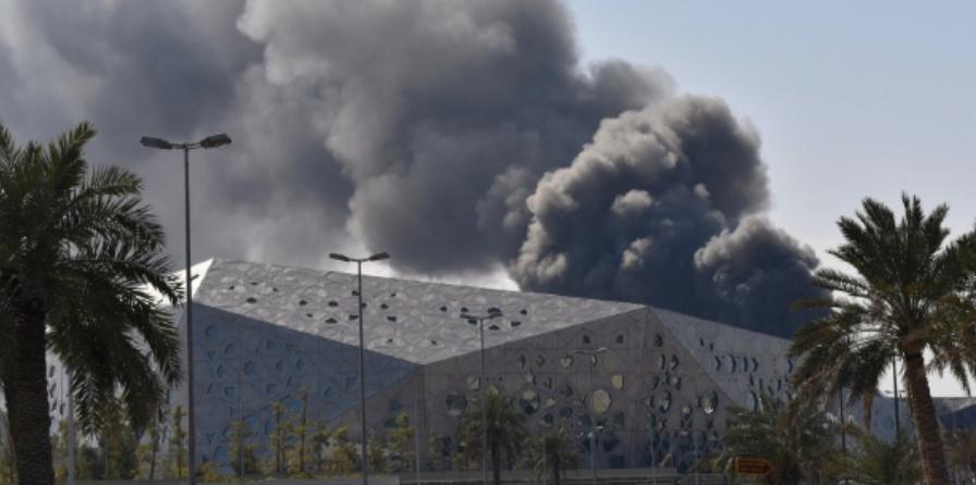 Coluna de fumaça provocada pelo incêndio no Centro Cultural Xeque Jaber Al-Ahmed