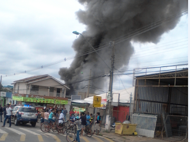 Incêndio liberou fumaça tóxica, segundo o Corpo de Bombeiros (Foto: Eder Barros/Arquivo Pessoal)