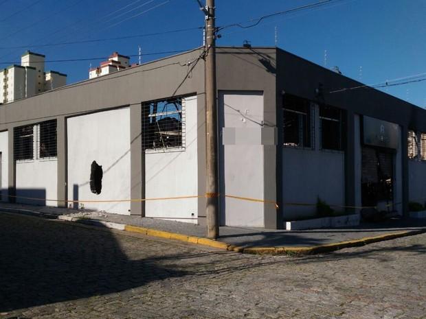 Fogo consumiu academia durante a madrugada de domingo (Foto: Alessandro Batata/TV Diário)