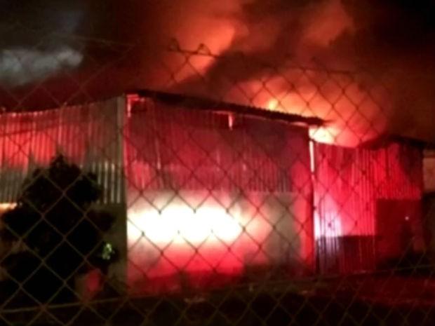 Galpão de 300 m² ficou destruído por conta das chamas. (Foto: Divulgação/Polícia Militar)