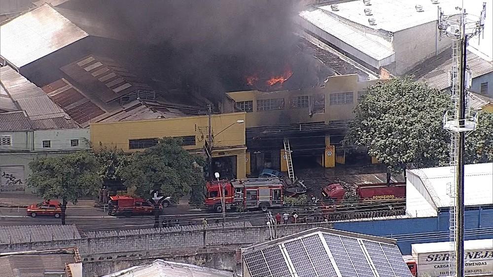 Por volta das 13h50, Corpo de Bombeiros informou que cerca de 15 militares trabalhavam no combate às chamas (Foto: Reprodução/TV Globo)