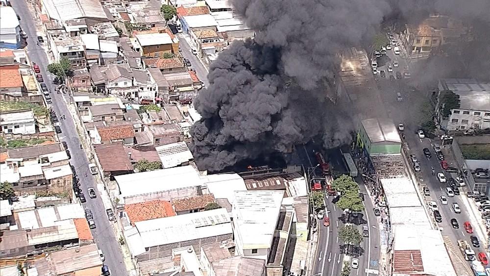Nuvem de fumaça escura encobriu o local do incêndio (Foto: Reprodução/TV Globo)