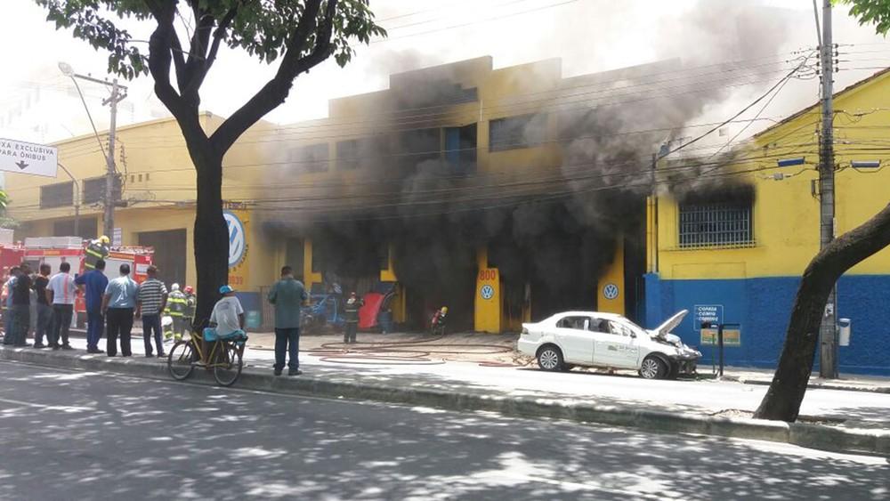Segundo bombeiros, funcionário de loja estava retirando combustível de tanque de carro quando fogo começou (Foto: Alessandro Oliveira Guimarães/Arquivo Pessoal)