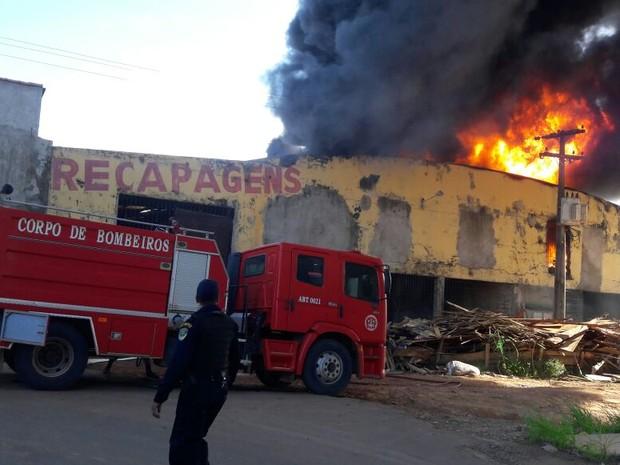 Suspeita é que o fogo tenha iniciado após uma faísca de fogo atingir um exaustor de ar (Foto: Reprodução/WhatsApp)