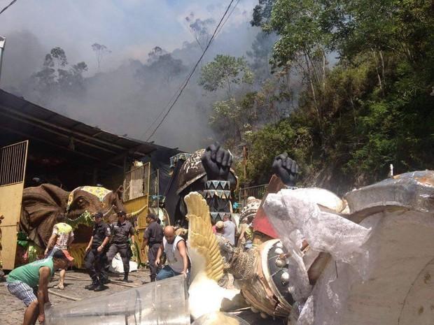 Incêndio aconteceu na manhã desta terça-feira (21) (Foto: Fernando Moraes / Inter TV)