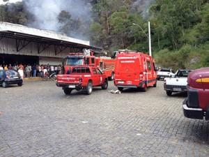 Bombeiros controlaram as chamas (Foto: Fernando Moraes / Inter TV)
