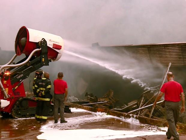 Equipamento dos Bombeiros de SP ajuda no combate ao incêndio em Americana (Foto: Reprodução EPTV)
