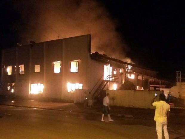 Incêndio causou explosão e destruiu fábrica de móveis em Lucas do Rio Verde (Foto: Divulgação/Corpo de Bombeiros-MT)