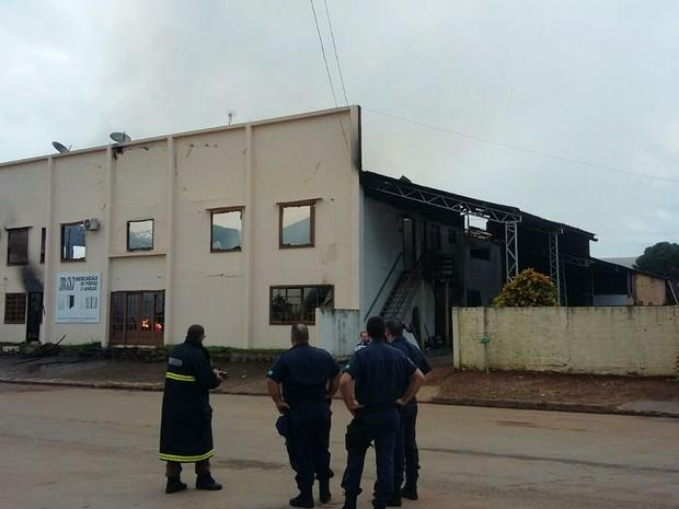 Proprietários disseram que incêndio começou após curto-circuito no local (Foto: Divulgação/Corpo de Bombeiros-MT)