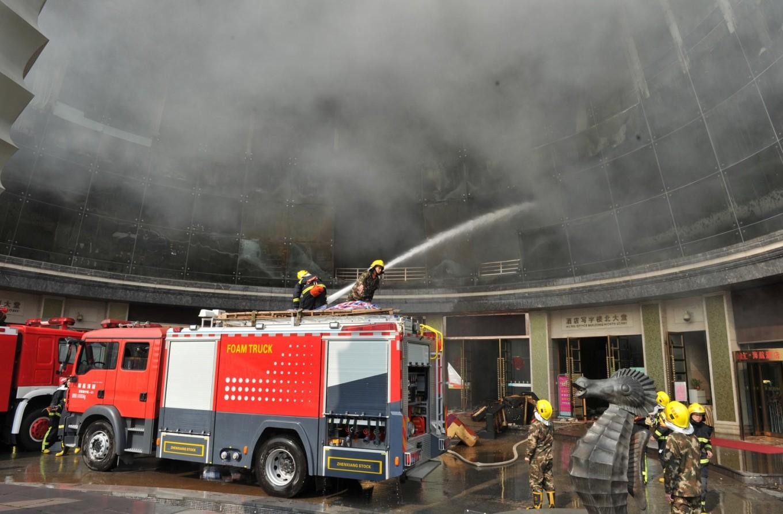 Bombeiros trabalham para apagar incêndio no Hotel HNA em Nanchang, na China (Foto: REUTERS/Stringer)