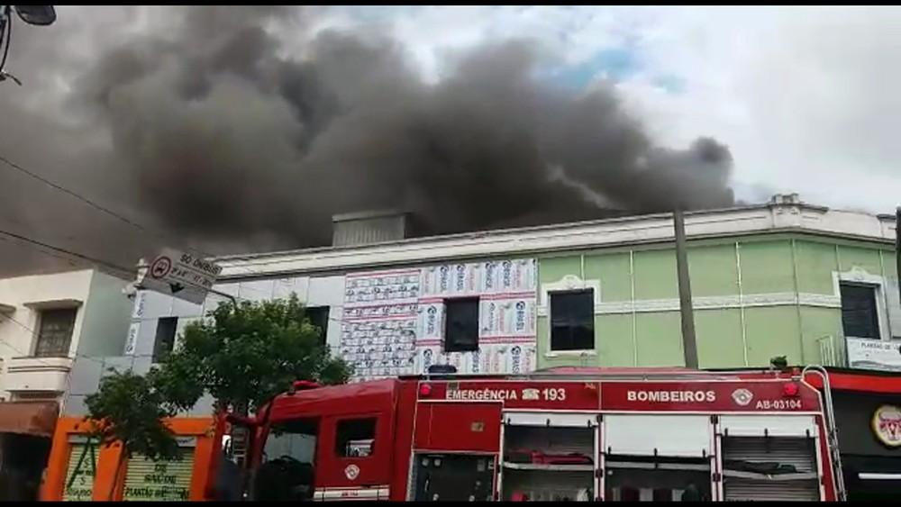 Incêndio atingiu padaria na Avenida Celso Garcia, na Zona Leste de SP (Foto: Anderson Colombo/TVGlobo)