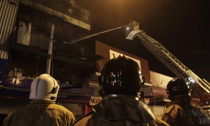 Bombeiros tentam combater as chamas na loja - Pedro Teixeira