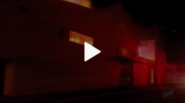 57fdbadfc Um incêndio destruiu uma fábrica de calçados da marca Carmen Steffens em  Franca (SP) na madrugada desta terça-feira (9). Segundo a Polícia Militar,  ...