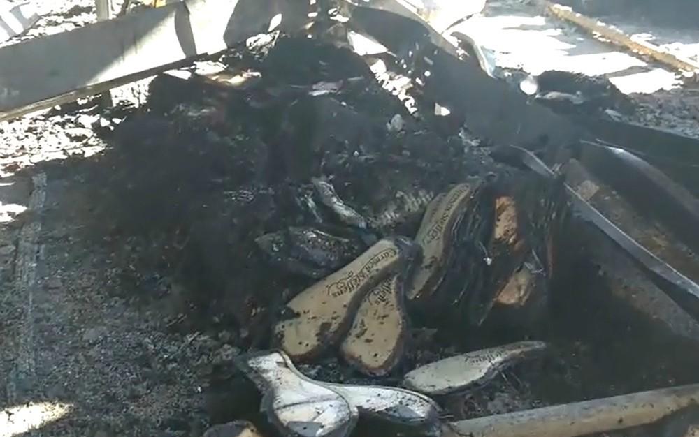 6cf727a9c Cerca de 3 mil pares de calçados foram destruídos pelo incêndio na fábrica  da Carmen Steffens em Franca, SP (Foto: Reprodução/EPTV)