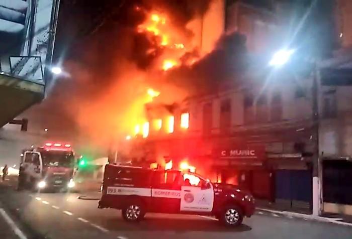 456a1b468 Incêndio atinge quatro lojas de prédio no centro histórico de Vitória